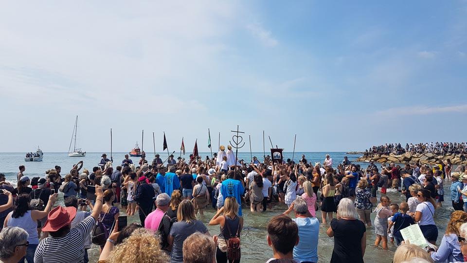 Fête des Gitans et pelerinage aux Saintes Maries de la Mer - Saintes Salomé et Jacobé amenées à la mer