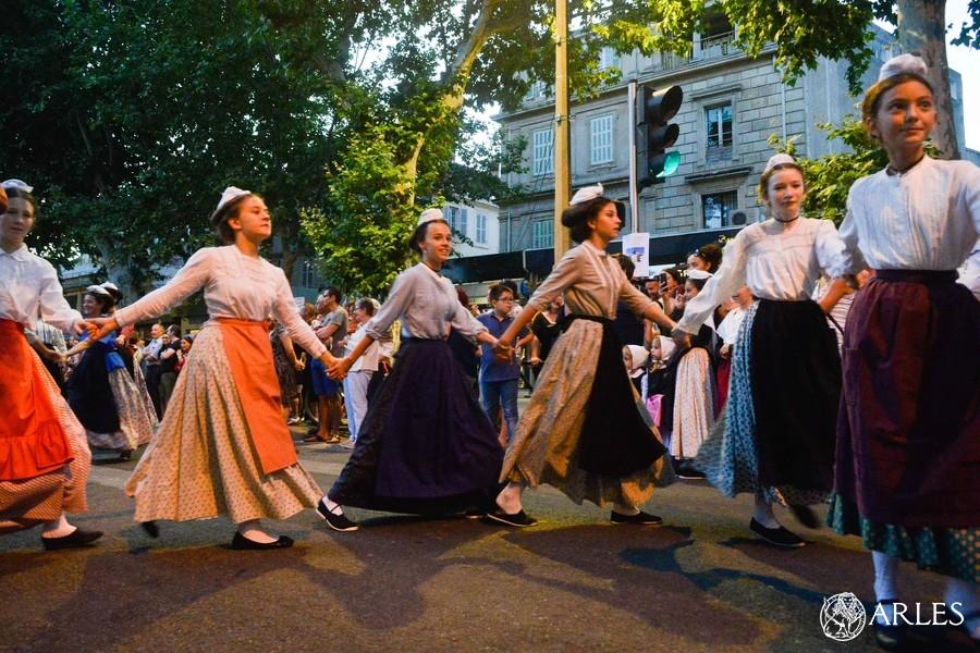 pegoulado arles traditions costume provençal