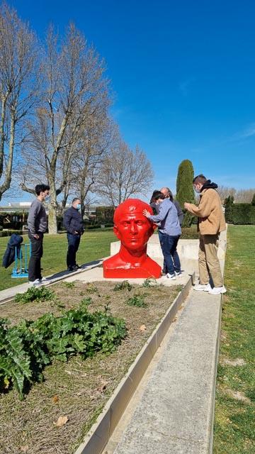 Un buste de César 3D de 1,5 m de hauteur installé au jardin Hortus à Arles